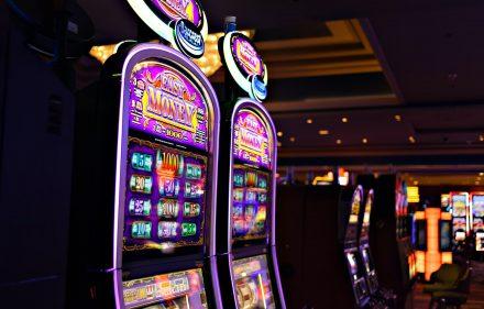 Graj najlepsze symulatory maszyn hazardowych w kasynach online